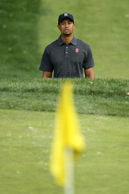 THOUSAND OAKS, CA - DECEMBER 03:  Tiger Woods watches his bunker shot on the 11th hole during round two of the Chevron World Challenge at Sherwood Country Club on December 3, 2010 in Thousand Oaks, California.  (Photo by Stephen Dunn/Getty Images)