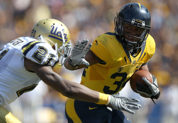 BERKELEY, CA - OCTOBER 09: Shane Vereen #34 of the California Golden Bears runs for a touchdown against Aaron Hester #21 of the UCLA Bruins in the first half at California Memorial Stadium on October 9, 2010 in Berkeley, California. (Photo by Jed Jacobsoh