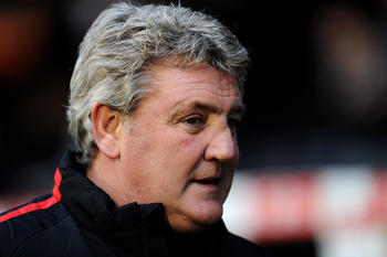 LONDON, ENGLAND - DECEMBER 11:  Steve Bruce manager of Sunderland looks on ahead of the Barclays Premier League match between Fulham and Sunderland at Craven Cottage on December 11, 2010 in London, England.  (Photo by Mike Hewitt/Getty Images)