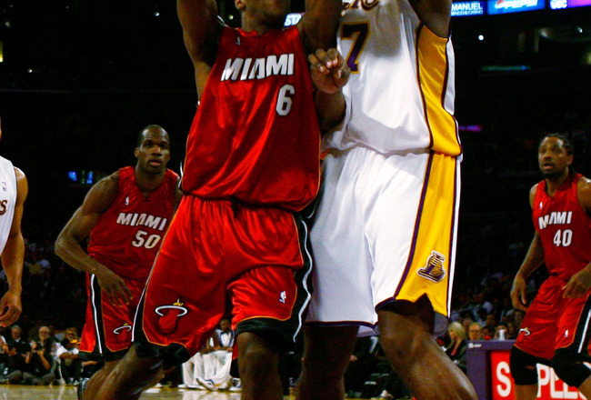 LOS ANGELES, CA - JANUARY 11:  Mario Chalmers #6 of the Miami Heat is defended by Andrew Bynum #17 of the Los Angeles Lakers during the first half at Staples Center on January 11, 2009 in Los Angeles, California. NOTE TO USER: User expressly acknowledges