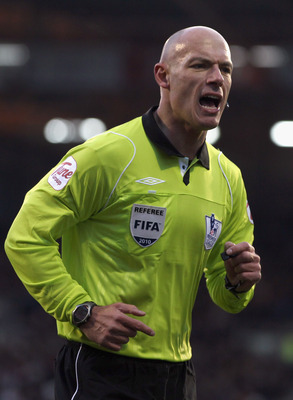 LONDON, ENGLAND - NOVEMBER 27:  Referee Howard Webb during the Barclays Premier League match between Fulham and Birmingham City at Craven Cottage on November 27, 2010 in London, England.  (Photo by Ian Walton/Getty Images)
