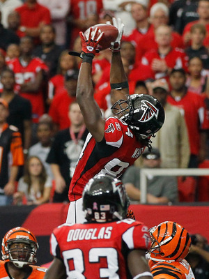 ATLANTA - OCTOBER 24:  Roddy White #84 of the Atlanta Falcons pulls in this two-point conversion against the Cincinnati Bengals at Georgia Dome on October 24, 2010 in Atlanta, Georgia.  (Photo by Kevin C. Cox/Getty Images)
