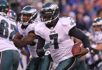EAST RUTHERFORD, NJ - DECEMBER 19:  Michael Vick #7 of the Philadelphia Eagles rushes for a touchdown against the New York Giants at New Meadowlands Stadium on December 19, 2010 in East Rutherford, New Jersey.  (Photo by Nick Laham/Getty Images)