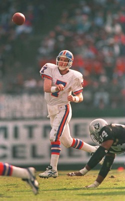 24 DEC 1995:  QUARTERBACK JOHN ELWAY OF THE DENVER BRONCOS IN ACTION DURING THE FIRST HALF AT THE OAKLAND COLISEUM IN OAKLAND, CALIFORNIA.  THE BRONCOS BEAT THE RAIDERS 31-28 TO ELIMINATE THE RAIDERS FROM THE PLAYOFFS. Mandatory Credit: Otto Greule/ALLSPO