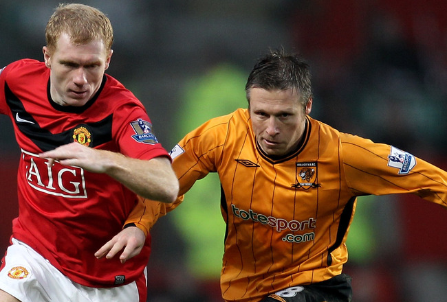 MANCHESTER, ENGLAND - JANUARY 23:  Paul Scholes battles with Nick Barmby of Hull during the Barclays Premier League match between Manchester United and Hull City at Old Trafford on January 23, 2010 in Manchester, England.  (Photo by Julian Finney/Getty Im