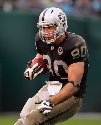OAKLAND, CA - DECEMBER 13:  Zach Miller #80 of the Oakland Raiders runs with the ball during their game against the Washington Redskins at Oakland-Alameda County Coliseum on December 13, 2009 in Oakland, California.  (Photo by Ezra Shaw/Getty Images)