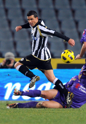 UDINE, ITALY - DECEMBER 11:  Antonio Di Natale of Udinese (L) in action during the Serie A match between Udinese Calcio and ACF Fiorentina at Stadio Friuli on December 11, 2010 in Udine, Italy.  (Photo by Dino Panato/Getty Images)