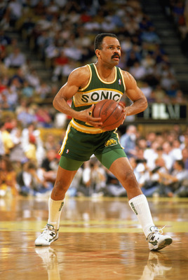 1988:  John Lucas #15 of the Seattle Supersonics looks to pass the ball in a game during the 1988-1989 NBA season.  (Photo by Stephen Dunn/Getty Images)