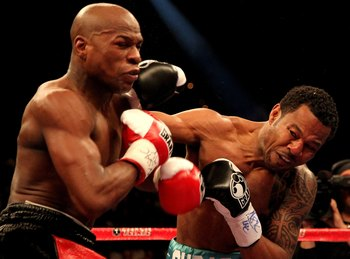 LAS VEGAS - MAY 01:  (L-R) Floyd Mayweather Jr. in action against Shane Mosley during their welterweight fight at the MGM Grand Garden Arena on May 1, 2010 in Las Vegas, Nevada.  (Photo by Jed Jacobsohn/Getty Images)