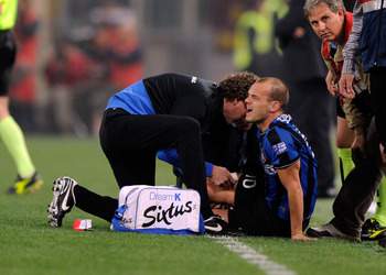 ROME - MAY 05:  Wesley Sneijder of FC Inter Milan injured during the Tim Cup between FC Internazionale Milano and AS Roma at Stadio Olimpico on May 5, 2010 in Rome, Italy.  (Photo by Claudio Villa/Getty Images)