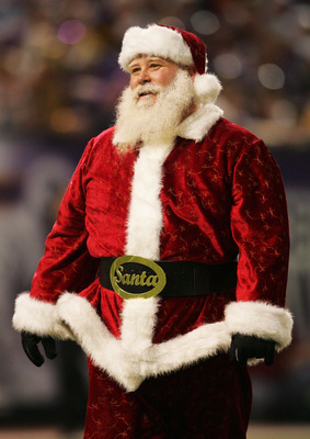 MINNEAPOLIS - DECEMBER 24: Santa Claus makes a visit to the Green Bay Packers verses the Minnesota Vikings game December 24, 2004 at the Hubert H Humphrey Metrodome in Minneapolis, Minnesota. (Photo by Matthew Stockman/Getty Images)