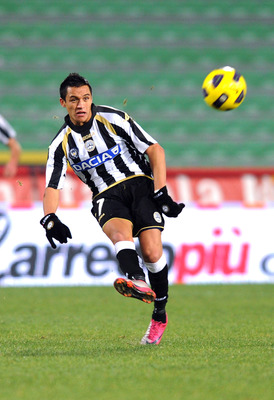 UDINE, ITALY - DECEMBER 11:  Alexis Sanchez of Udinese in action during the Serie A match between Udinese Calcio and ACF Fiorentina at Stadio Friuli on December 11, 2010 in Udine, Italy.  (Photo by Dino Panato/Getty Images)