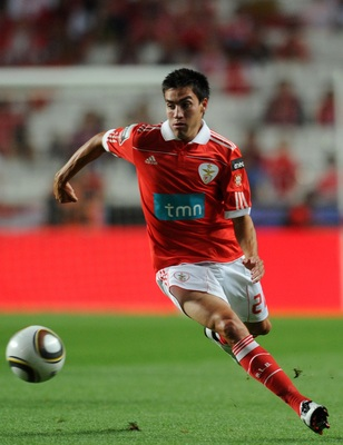 LISBON, PORTUGAL - AUGUST 28:  Nicolas Gaitan of Benfica controls the ball during the Portuguese Liga match between Vitoria Setubal and Benfica at Luz Stadium on August 28, 2010 in Lisbon, Portugal.  (Photo by Patricia de Melo/EuroFootball/Getty Images)