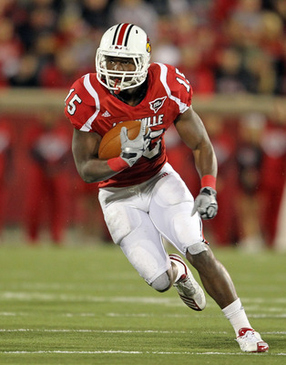 LOUISVILLE, KY - OCTOBER 15:  Bilal Powell #15 of  the Louisville Cardinals runs with the ball during the Big East Conference game against the Cincinnati Bearcats at Papa John's Cardinal Stadium on October 15, 2010 in Louisville, Kentucky.  (Photo by Andy