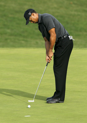 THOUSAND OAKS, CA - DECEMBER 03:  Tiger Woods  putts on the 10th hole during round two of the Chevron World Challenge at Sherwood Country Club on December 3, 2010 in Thousand Oaks, California.  (Photo by Stephen Dunn/Getty Images)