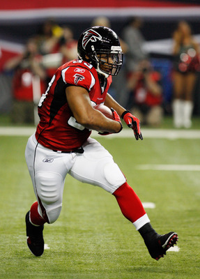 ATLANTA, GA - DECEMBER 27:  Michael Turner #33 of the Atlanta Falcons rushes upfield during the first half of the game against the New Orleans Saints at the Georgia Dome on December 27, 2010 in Atlanta, Georgia.  (Photo by Scott Halleran/Getty Images)