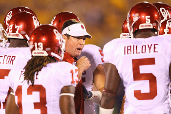 COLUMBIA, MO - OCTOBER 23: Head coach Bob Stoops of the Oklahoma Sooners gives a pre-game pep talk to some of his players prior to playing against the Missouri Tigers at Faurot Field/Memorial Stadium on October 23, 2010 in Columbia, Missouri.  (Photo by D
