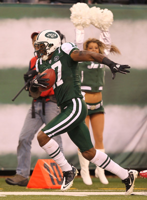 EAST RUTHERFORD, NJ - NOVEMBER 21:  Braylon Edwards #17 of the New York Jets runs after making a catch in the fourth quarter against  the Houston Texans on November 21, 2010 at the New Meadowlands Stadium in East Rutherford, New Jersey.  (Photo by Al Bell