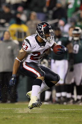 PHILADELPHIA, PA - DECEMBER 02:  Arian Foster #23 of the Houston Texans runs with the ball against the Philadelphia Eagles at Lincoln Financial Field on December 2, 2010 in Philadelphia, Pennsylvania.  (Photo by Jim McIsaac/Getty Images)