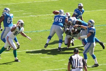 Detroit Lions quarterback Shaun Hill throws to his outlet receiver.