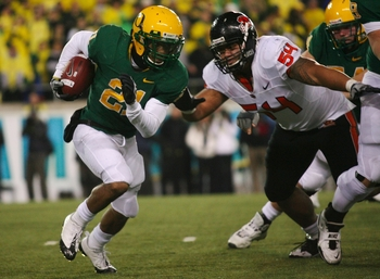 EUGENE, OR - DECEMBER 03:  Running back LaMichael James #21 of the Oregon Ducks rushes with the ball past tackle Stephen Paea #54 of the Oregon State Beavers at Autzen Stadium on December 3, 2009 in Eugene, Oregon.  (Photo by Tom Hauck/Getty Images)