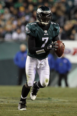 PHILADELPHIA, PA - DECEMBER 28: Michael Vick #7 of the Philadelphia Eagles looks to pass against the Minnesota Vikings at Lincoln Financial Field on December 28, 2010 in Philadelphia, Pennsylvania. (Photo by Jim McIsaac/Getty Images)