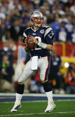 GLENDALE, AZ - FEBRUARY 03:  Tom Brady #12 of of the New England Patriots sets to throw a pass against the New York Giants during Super Bowl XLII on February 3, 2008 at the University of Phoenix Stadium in Glendale, Arizona.  (Photo by Harry How/Getty Ima