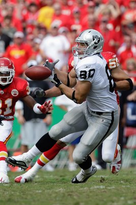 KANSAS CITY, MO - SEPTEMBER 20:  Zach Miller #80 of the Oakland Raiders catches a pass during the game against the Kansas City Chiefs at Arrowhead Stadium on September 20, 2009 in Kansas City, Missouri. (Photo by Jamie Squire/Getty Images)