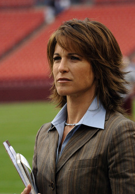 Sideline reporter Suzy Kolber  on ESPN Monday Night Football September 11, 2006 in Washington.  The Minnesota  Vikings defeated the Redskins  19 - 16.  (Photo by Al Messerschmidt/Getty Images)