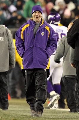 PHILADELPHIA, PA - DECEMBER 28: Injured Quarterback Brett Favre #4 of the Minnesota Vikings walks off the field at the end of the half during thier game against the Philadelphia Eagles at Lincoln Financial Field on December 28, 2010 in Philadelphia, Penns