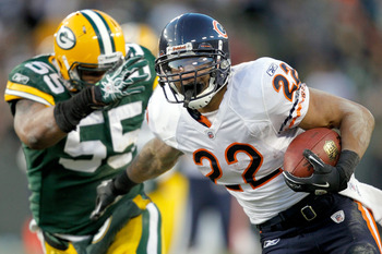 GREEN BAY, WI - JANUARY 02:  Matt Forte #22 of the Chicago Bears carries the ball after making a catch against the Green Bay Packers at Lambeau Field on January 2, 2011 in Green Bay, Wisconsin.  (Photo by Matthew Stockman/Getty Images)