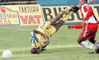 Funny-sports-blooper-soccer-players-head-injury_display_image