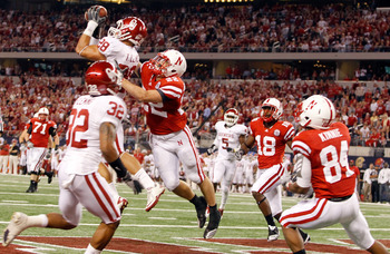 ARLINGTON, TX - DECEMBER 04:  Linebacker Travis Lewis #28 of the Oklahoma Sooners intercepts a pass thrown by quarterback Taylor Martinez #3 of the Nebraska Cornhuskers at Cowboys Stadium on December 4, 2010 in Arlington, Texas.  (Photo by Tom Pennington/
