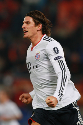 ROME - NOVEMBER 23:  Mario Gomez of  FC Bayern Muenchen celebrates after scoring the second goal during the UEFA Champions League Group E match between AS Roma and FC Bayern Muenchen at Stadio Olimpico on November 23, 2010 in Rome, Italy.  (Photo by Paolo
