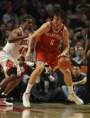 CHICAGO, IL - DECEMBER 28: Andrew Bogut #6 of the Milwaukee Bucks moves against Kurt Thomas #40 of the Chicago Bulls at the United Center on December 28, 2010 in Chicago, Illinois. The Bulls defeated the Bucks 90-77. NOTE TO USER: User expressly acknowled