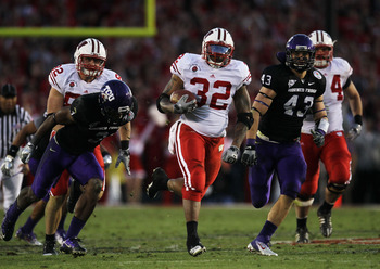 PASADENA, CA - JANUARY 01:  Running back John Clay #32 of the Wisconsin Badgers rushes with the ball against the TCU Horned Frogs in the fourth quarter of the 97th Rose Bowl game on January 1, 2011 in Pasadena, California.  (Photo by Stephen Dunn/Getty Im