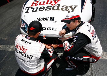Paul Wolfe & Brad Keselowski discuss adjustments to the No.22 Ruby Tuesday Penske Dodge.