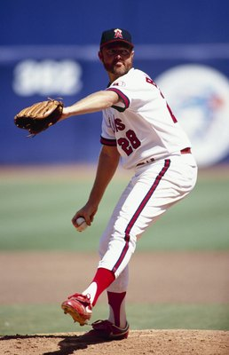 ANAHEIM, CA - SEPTEMBER 6:  Bert Blyleven #28 of the California Angels pitches during the game against the Baltimore Orioles at Anaheim Stadium on September 6, 1992 in Anaheim, California. (Photo by Ken Levine/Getty Images)