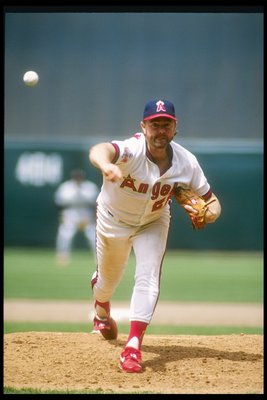 1989:  Pitcher Bert Blyleven of the California Angels throws a pitch during a game at Anaheim Stadium in Anaheim, California.  Mandatory Credit: Tim de Frisco  /Allsport