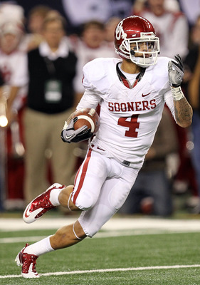 ARLINGTON, TX - DECEMBER 04:  Wide receiver Kenny Stills #4 of the Oklahoma Sooners runs the ball to the one yard line against the Nebraska Cornhuskers during the Big 12 Championship at Cowboys Stadium on December 4, 2010 in Arlington, Texas.  (Photo by R