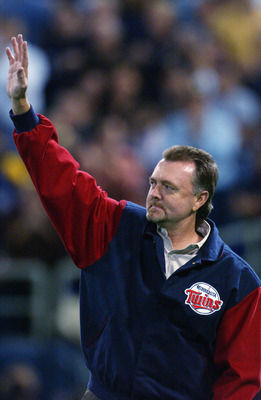 MINNEAPOLIS, MN - OCTOBER 8:  Former Minnesota Twins star Bert Blyleven acknowledges the crowd before throwiong out one of the ceremonial first pitches before game one of the American League Championship Series October 8, 2002 at the Hubert H Humphrey Dom