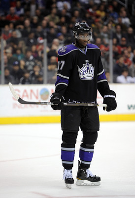 LOS ANGELES, CA - DECEMBER 09:  Wayne Simmonds #17 of the Los Angeles Kings waits for a faceoff against the Calgary Flames at the Staples Center on December 9, 2010 in Los Angeles, California.  (Photo by Harry How/Getty Images)