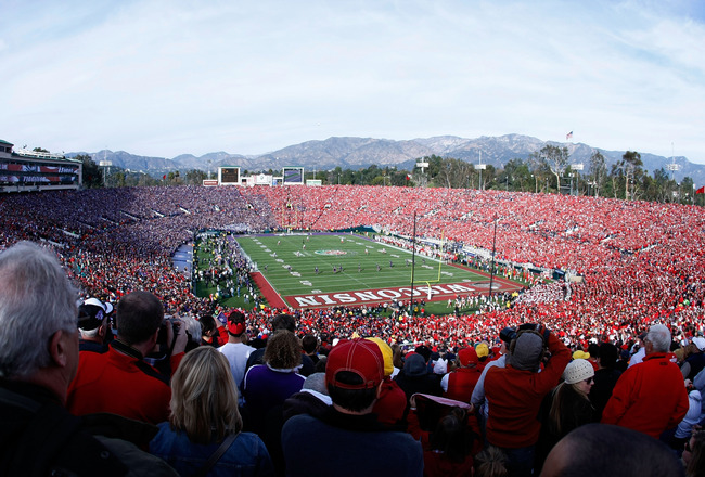 PASADENA, CA - JANUARY 01:  A view of the kickoff between the Wisconsin Badgers and the TCU Horned Frogs in the 97th Rose Bowl game on January 1, 2011 in Pasadena, California.  (Photo by Robert Meggers/Getty Images)