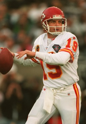 24 DEC 1994:  QUARTERBACK JOE MONTANA OF THE KANSAS CITY CHIEFS FADES BACK TO PASS IN THE SECOND HALF AGAINST THE RAIDERS AT THE COLISEUM IN LOS ANGELES, CALIFORNIA.  THE CHIEFS DEFEATED THE RAIDERS, 19-9, TO ADVANCE TO THE AFC PLAYOFFS.   Mandatory Credi