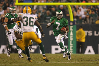 PHILADELPHIA - SEPTEMBER 12:  Michael Vick #7 of the Philadelphia Eagles rushes during a game against the Green Bay Packers at Lincoln Financial Field on September 12, 2010 in Philadelphia, Pennsylvania.  (Photo by Mike Ehrmann/Getty Images)