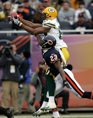 CHICAGO - JANUARY 2: Wide receiver Jevon Walker #84 of the Green Bay Packers reaches over defensive back Jerry Azumah #23 of the Chicago Bears for a touchdown reception on January 2, 2005 at Soldier Field in Chicago, Illinois. (Photo by Jonathan Daniel/Ge