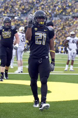 EUGENE, OR - NOVEMBER 06: Running back LaMichael James #21 of the Oregon Ducks signals to the crowd after scoring a touchdown in the fourth quarter of the game at Autzen Stadium on November 6, 2010 in Eugene, Oregon. The Ducks won the game 53-16. (Photo b