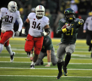 EUGENE, OR - NOVEMBER 26: Running back LaMichael James #21 of the Oregon Ducks points his way as he runs with the ball in the first quarter of the game against the Arizona Wildcats at Autzen Stadium on November 26, 2010 in Eugene, Oregon. The Ducks won th