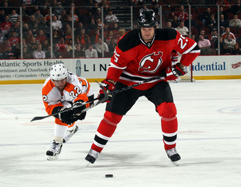 NEWARK, NJ - JANUARY 06: Jason Arnott #25 of the New Jersey Devils skates against Ville Leino #22 of the Philadelphia Flyers at the Prudential Center on January 6, 2011 in Newark, New Jersey.  (Photo by Bruce Bennett/Getty Images)