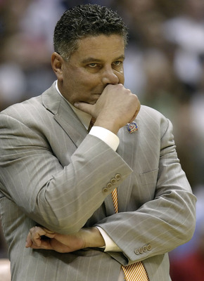 SAN ANTONIO - MARCH 22:  Head coach Bruce Pearl of the Tennessee Volunteers coaches against the Ohio State Buckeyes during the round of 16 of the NCAA Men's Basketball Tournament at the Alamodome March 22, 2007 in San Antonio, Texas.  (Photo by Ronald Mar